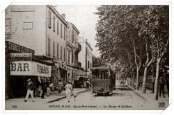 Belle vue animée de l'avenue avec le tabac ayant remplacé l'olivier...