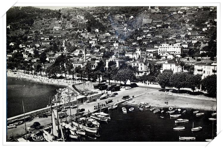 Belle vue aérienne sur le vieux port et la colline