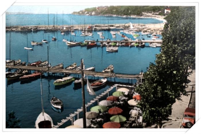 Belle vue sur l'ancien port avec la terrasse du Central