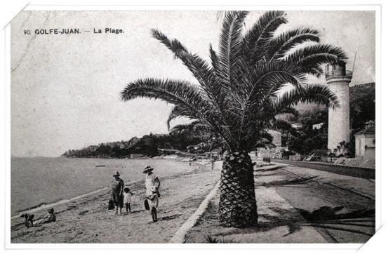Les palmiers ont grandi et l'ancien phare est encore là ......