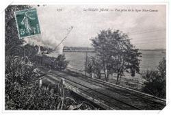 Vue sur les plages et l'ancien phare avec une belle locomotive vapeur