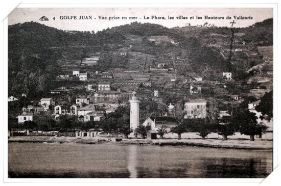 Belle vue de l'ancien phare et de la colline