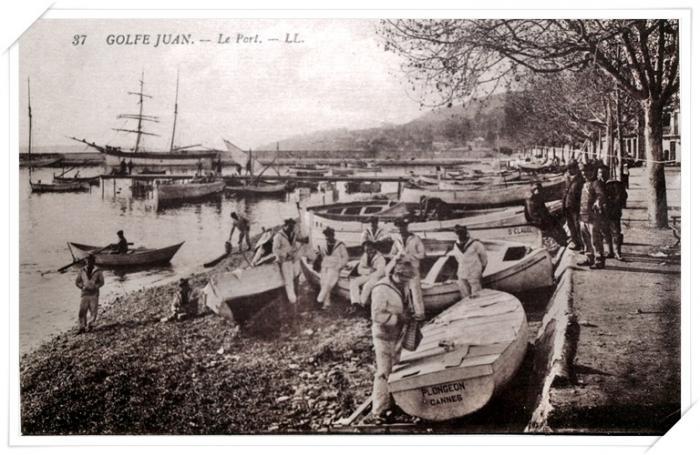 Moment de détente pour les marins près de l'avenue des Frères Roustan.