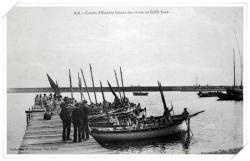 CPA très animée sur les canots de l'Escadre française faisant des vivres