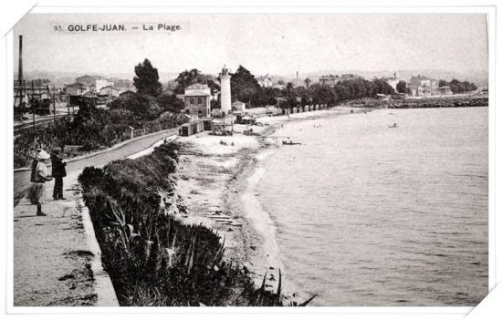 Jolie vue sur la plage et l'ancien phare