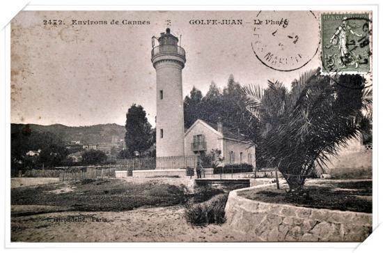 Belle carte de l'ancien phare avec en avant plan un palmier tout petit petit ...